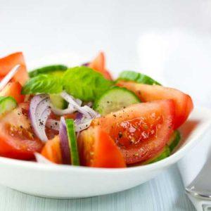 Salades de tomates, concombres et basilic